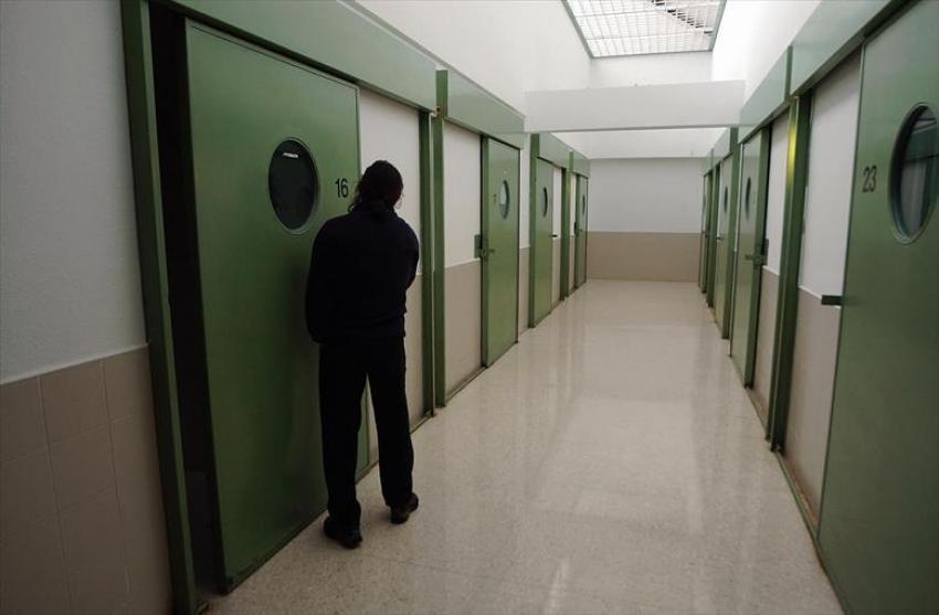 Un preso en aislamiento agrede a siete funcionarios en la cárcel de Zuera