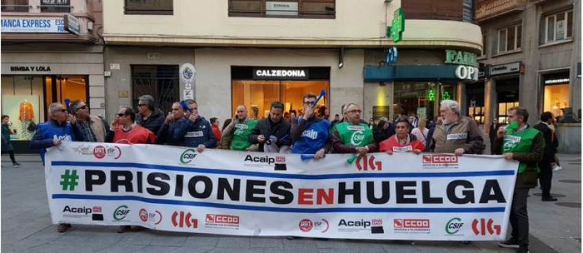 Los funcionarios de prisiones aprovechan la visita de Pedro Sánchez para protestar frente al Teatro Liceo