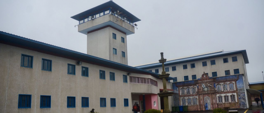 Un preso ataca a puñetazos a tres funcionarios de A Lama, que acaban en el hospital