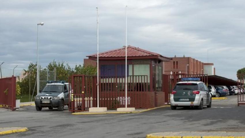 Un preso de Sevilla I agrede a cuatro funcionarios, mordiendo a uno de ellos