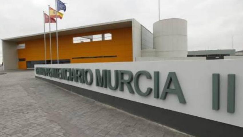 Un preso peligroso provoca un incendio en el módulo de aislamiento de Murcia II