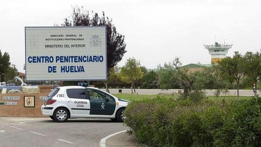 Los funcionarios salvan a un preso peligroso de un incendio en la cárcel de Huelva