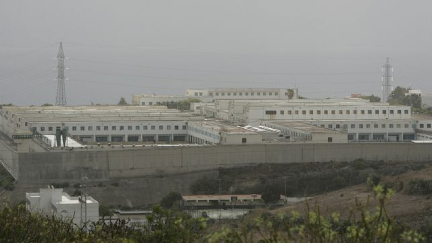 Un preso del Salto del Negro con probable enfermedad mental agrede a un funcionario penitenciario de forma sorpresiva