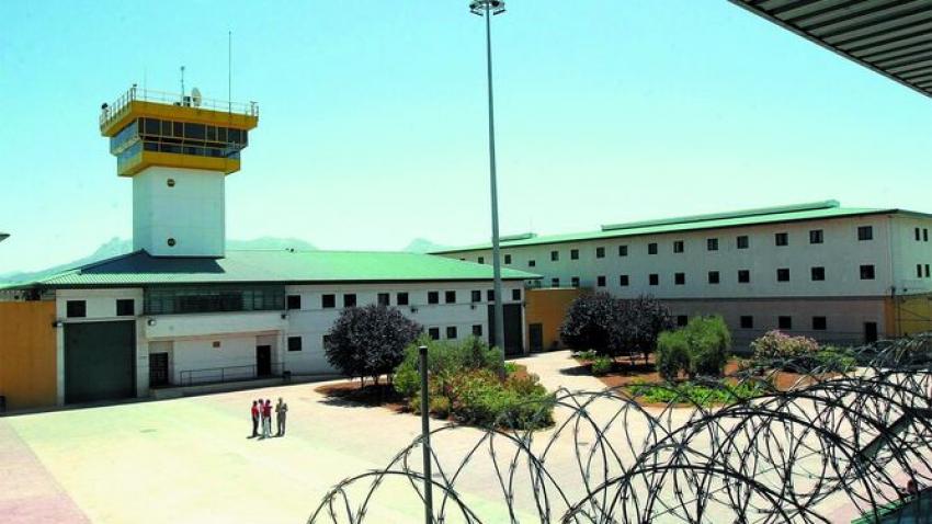 Va a la cárcel de Albolote a visitar a un familiar y acaba detenido por colar móviles y droga